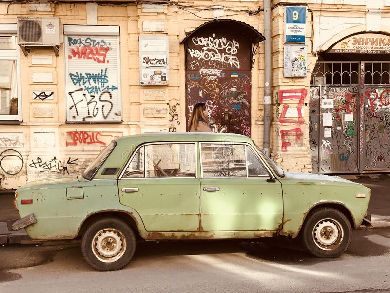Oud groen Lada zit in de zon op de straten van Kyiv - de OEKRAÏNE - KYIV royalty-vrije stock foto's