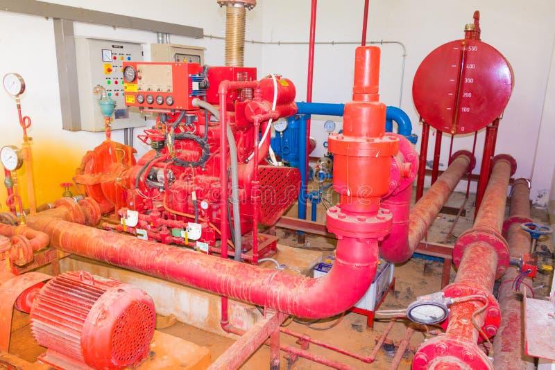 Oud groot het loodgieterswerkrood van het pijpsysteem dat industriële stof vuile binnenkant van de bouw heeft royalty-vrije stock afbeeldingen