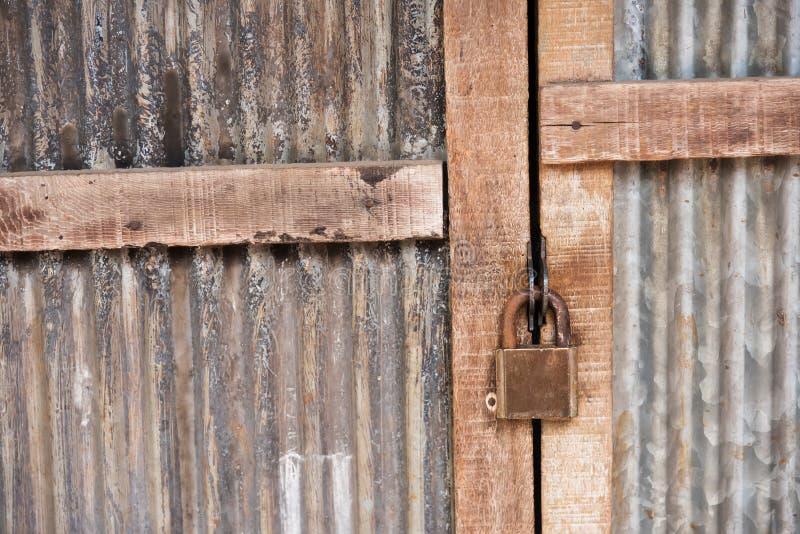 Oud hangslot op oude houten deur stock foto