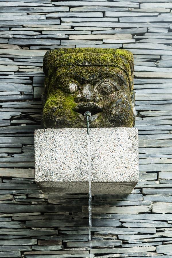Oud het landschapsmeubilair van het stijlwater op de muurachtergrond stock foto's