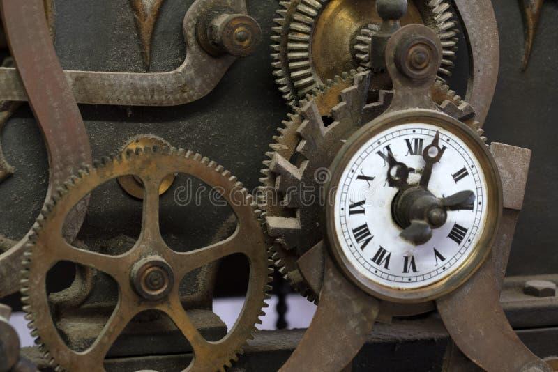 Oud oud het mechanismedetail van de torenklok stock afbeeldingen