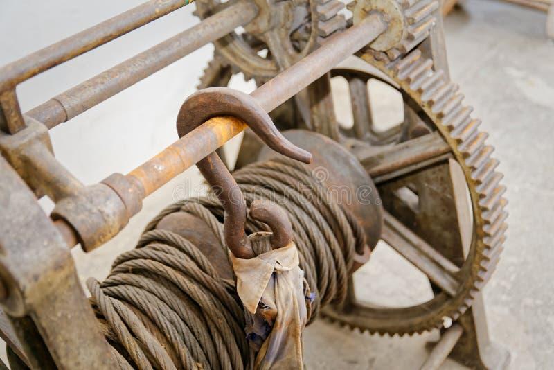 Oud hijstoestel een fabriek van 1891 stock foto