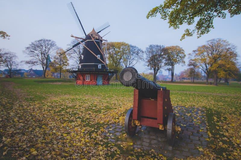 Oud historisch kanon dichtbij oude historische windmolen, Kopenhagen, Denemarken, Scandinavi? stock foto's