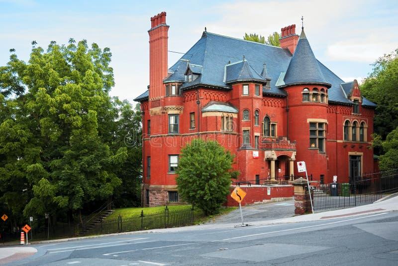 Oud historisch Victoriaans huis met rode bakstenen muren in Montreal, Quebec, Canada stock afbeelding
