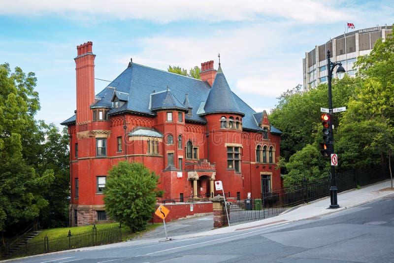 Oud historisch Victoriaans huis met rode bakstenen muren in Montreal, Quebec, Canada stock afbeeldingen