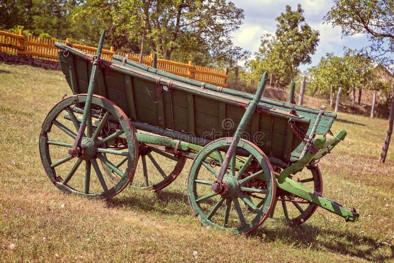 Oud Hongaars paardvervoer in de werf royalty-vrije stock foto's