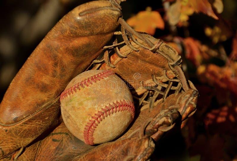 Oud Honkbal en Handschoen stock fotografie
