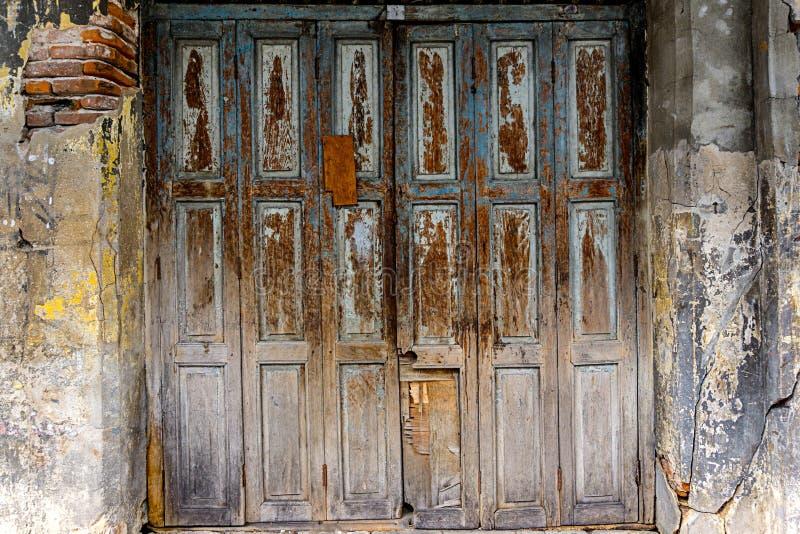 Oud hout die deurentextuur vouwen stock afbeelding