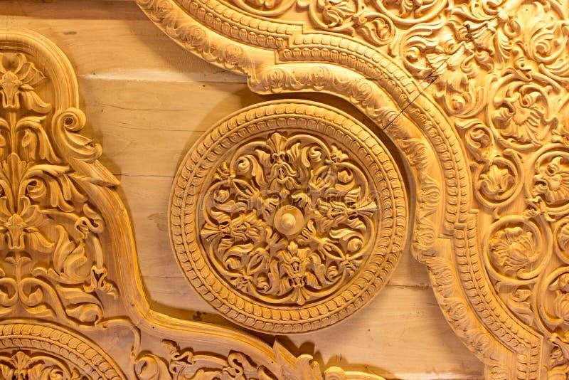Oud hout gesneden plafond in een fort van India stock afbeelding