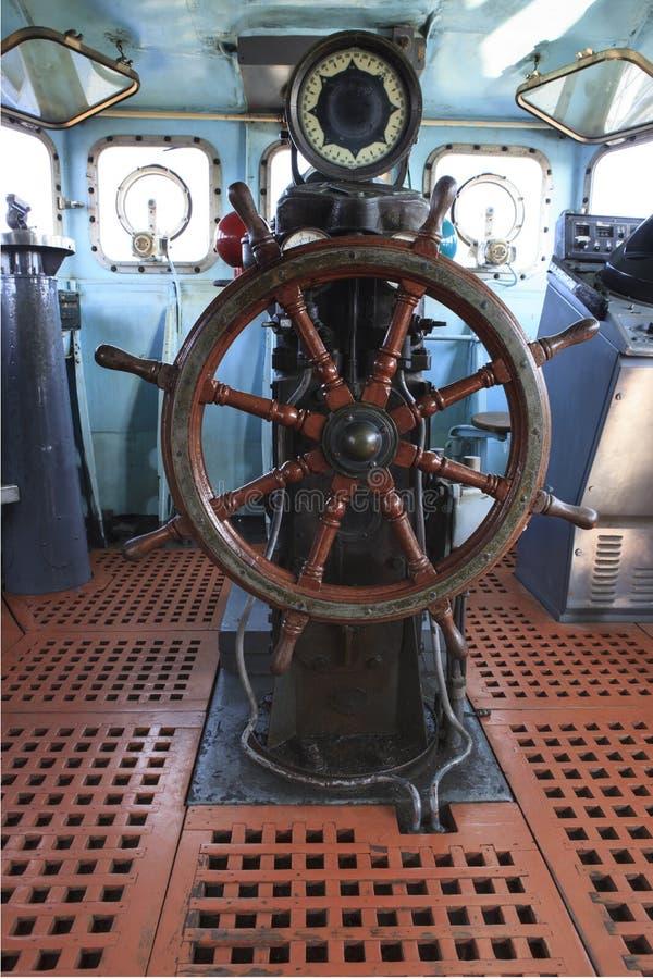 Oud houten bootstuurwiel in militair oorlogsschip stock foto's