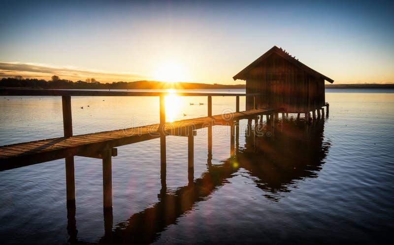 Oud houten botenhuis royalty-vrije stock afbeeldingen
