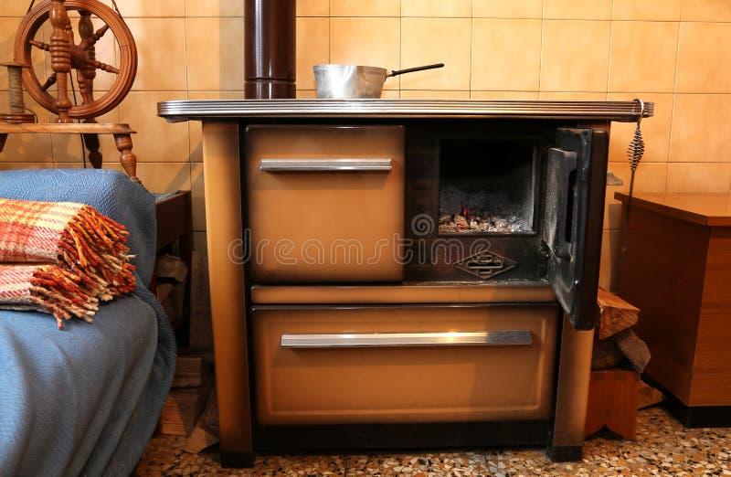 Oud houten brandt fornuis in de keuken van oud huis stock foto