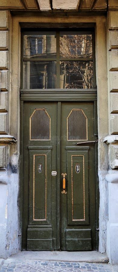 Oud houten deurclose-up stock afbeelding