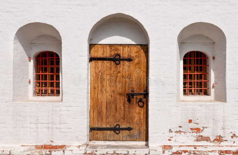 Oud houten deurklooster stock afbeeldingen