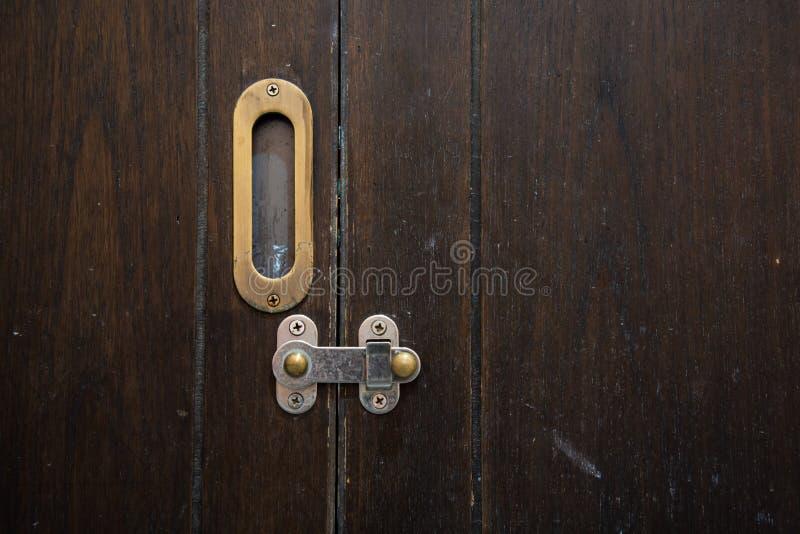 Oud houten deurslot royalty-vrije stock afbeeldingen