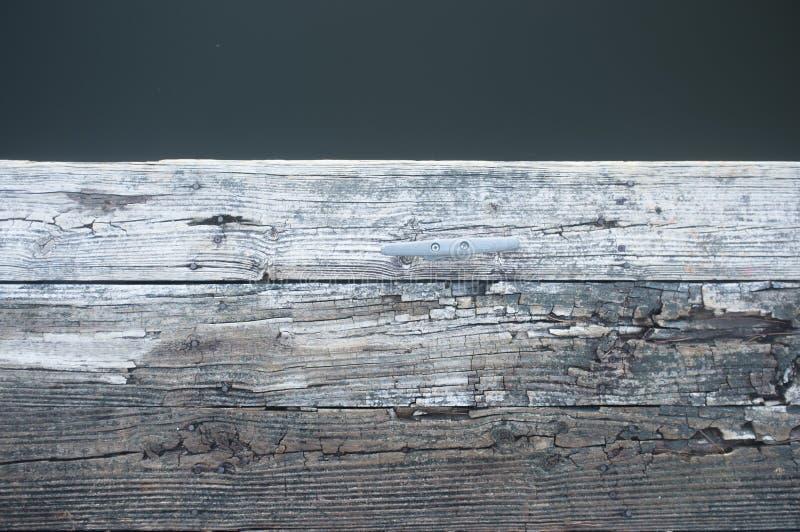 Oud houten dok op het meer royalty-vrije stock foto