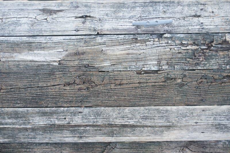 Oud houten dok op het meer royalty-vrije stock fotografie