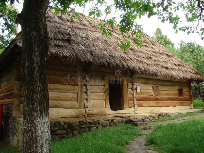 Oud houten dorpshuis van Oryhivtsi-dorp van Uzhgorod-district, de Oekraïne stock fotografie