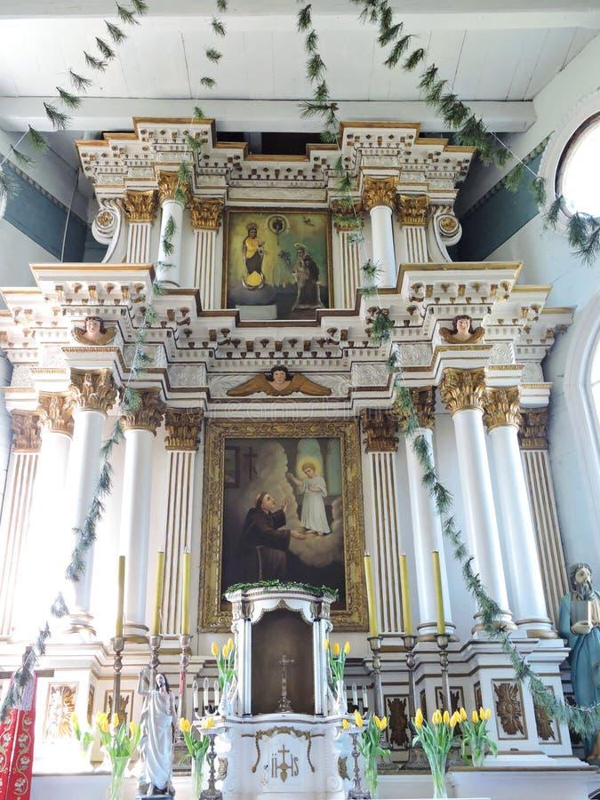 Oud houten kerkbinnenland, Litouwen royalty-vrije stock foto