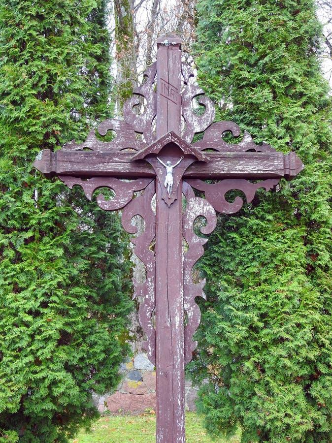 Oud houten kruis dichtbij de manier, Litouwen stock foto