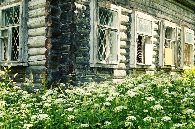 Oud houten logboekhuis in het Russische dorp stock foto's