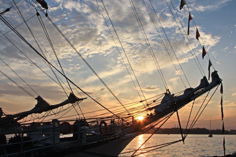 Oud houten schip bij zonsondergang stock foto