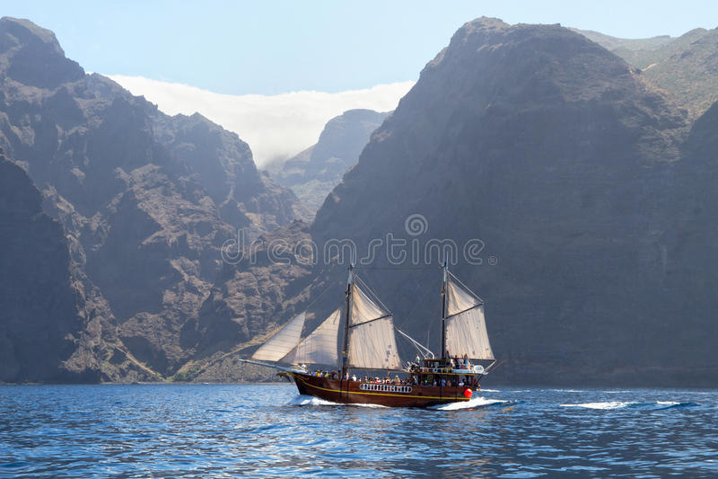 Oud houten schip met witte zeilen stock afbeeldingen