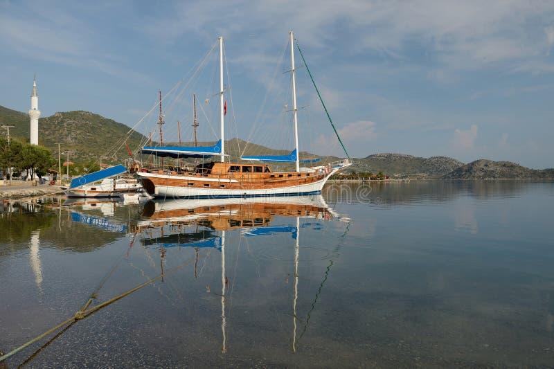 Oud houten varend schip in de overzeese baai stock fotografie
