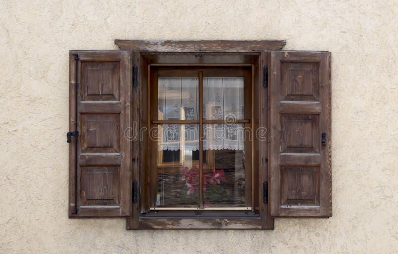 Oud houten venster met blinden stock afbeeldingen