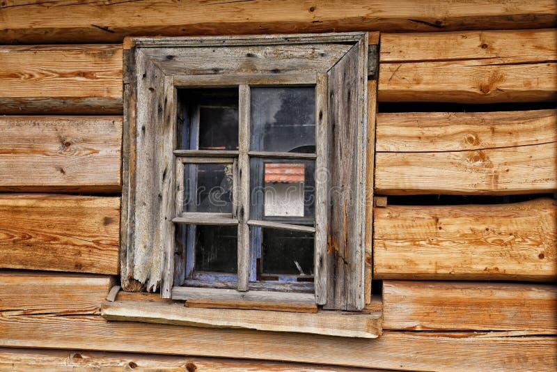 Oud houten venster op de in bedwang gehouden muur stock afbeeldingen