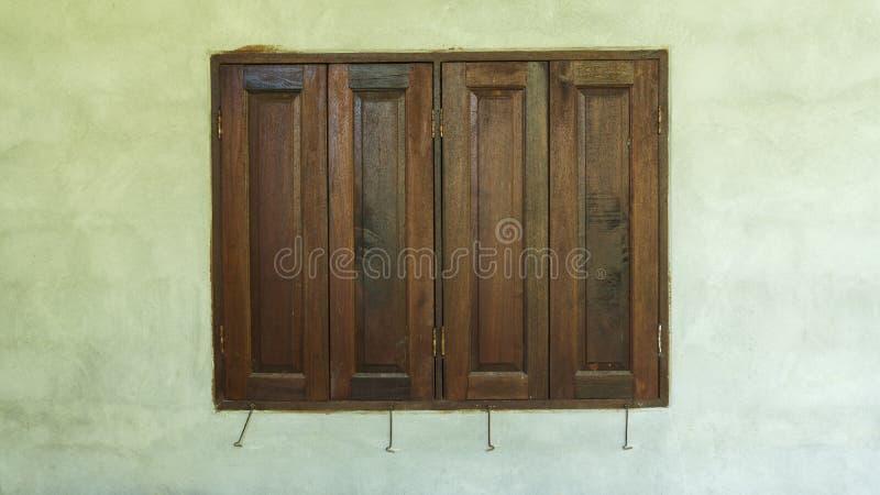 Oud houten vensterskader op cementmuur stock foto's