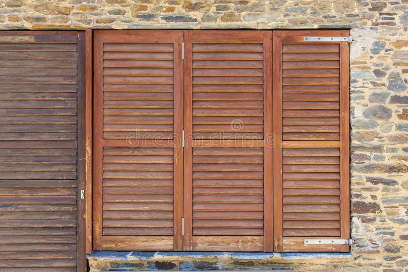 Oud houten vensterskader op steenmuur in Spanje royalty-vrije stock afbeeldingen