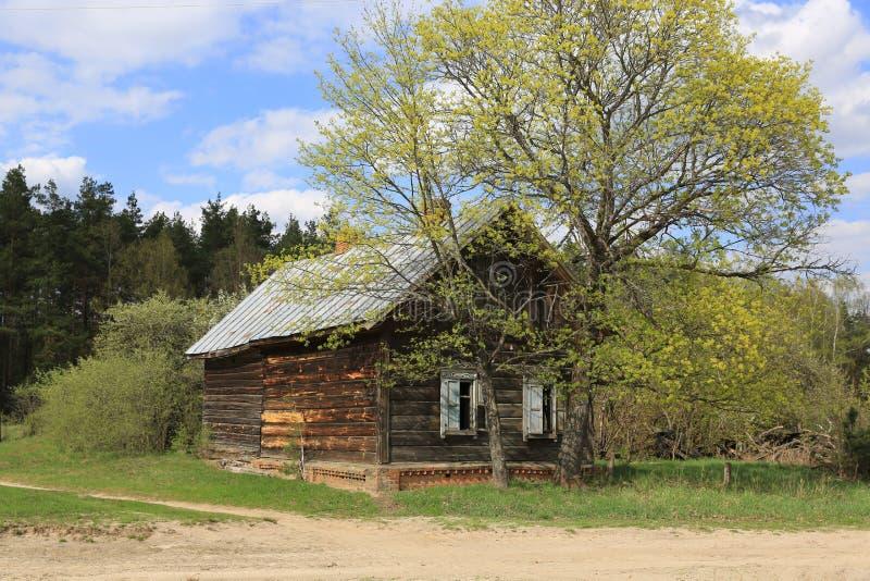 Oud houten verloren landelijk huis stock fotografie