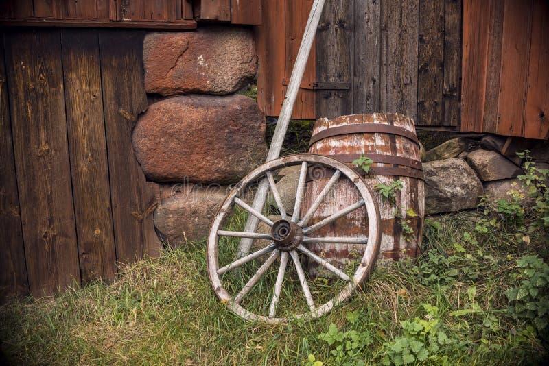 Oud houten wagenwiel stock foto's