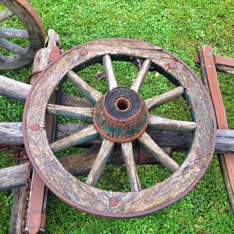 Oud houten wiel stock afbeeldingen