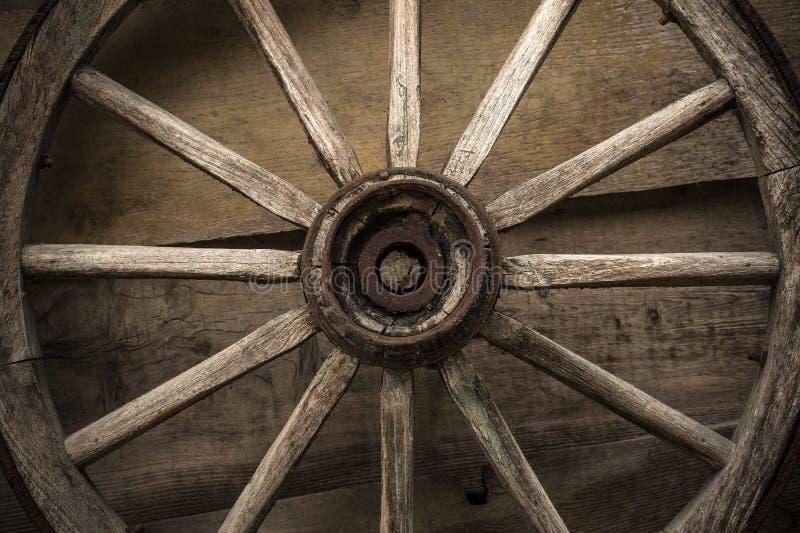 Oud houten wiel op een houten muur royalty-vrije stock foto's