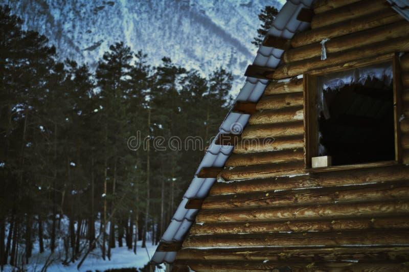 Oud huis in bergen stock fotografie