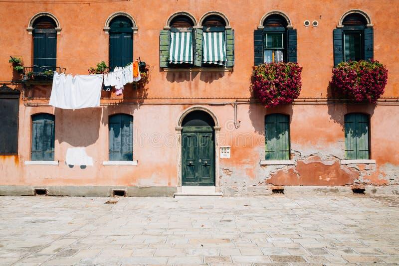 Oud huis buiten in Murano, Venetië, Italië stock foto