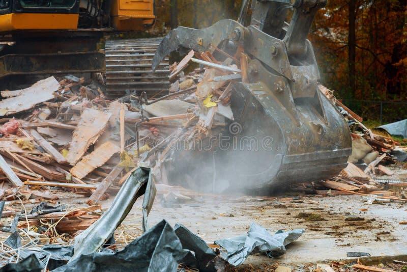 oud huis die door grote backhoe worden vernietigd royalty-vrije stock fotografie