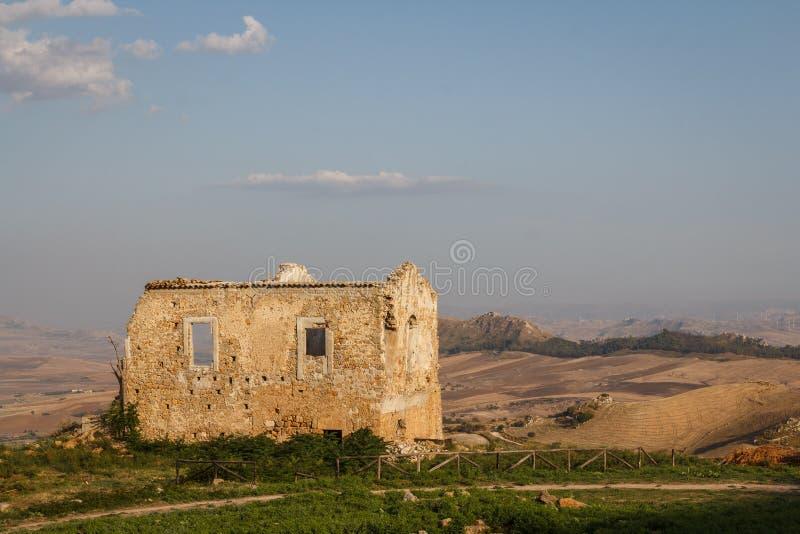 Oud huis die zich over de ruïnes van de oude stad van Morgantina bevinden royalty-vrije stock fotografie