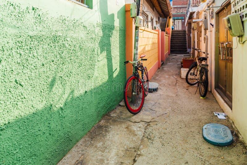 Oud huis en kleurrijke straat in Incheon, Korea royalty-vrije stock afbeeldingen