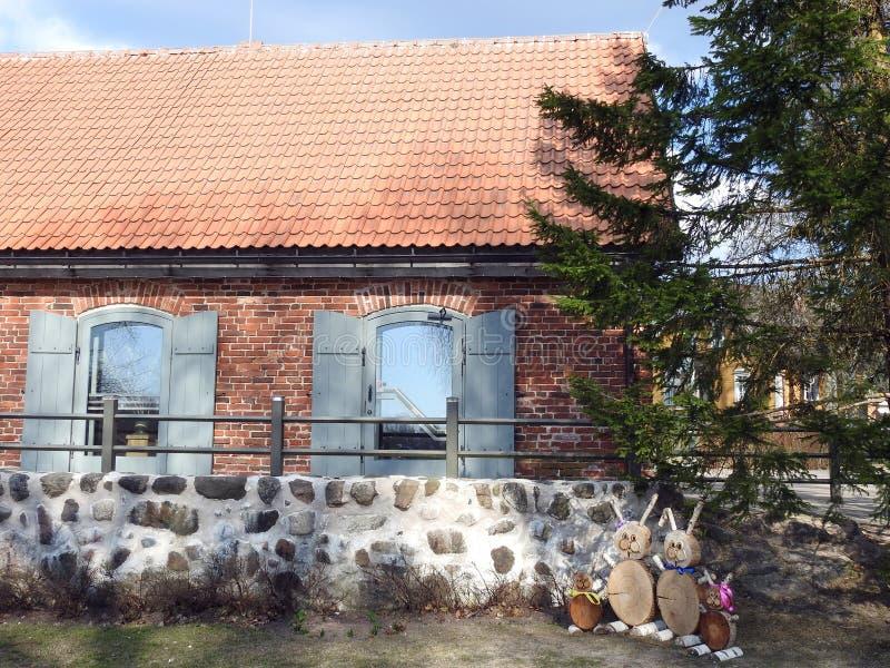 Oud huis en Pasen-konijn, Letland stock fotografie