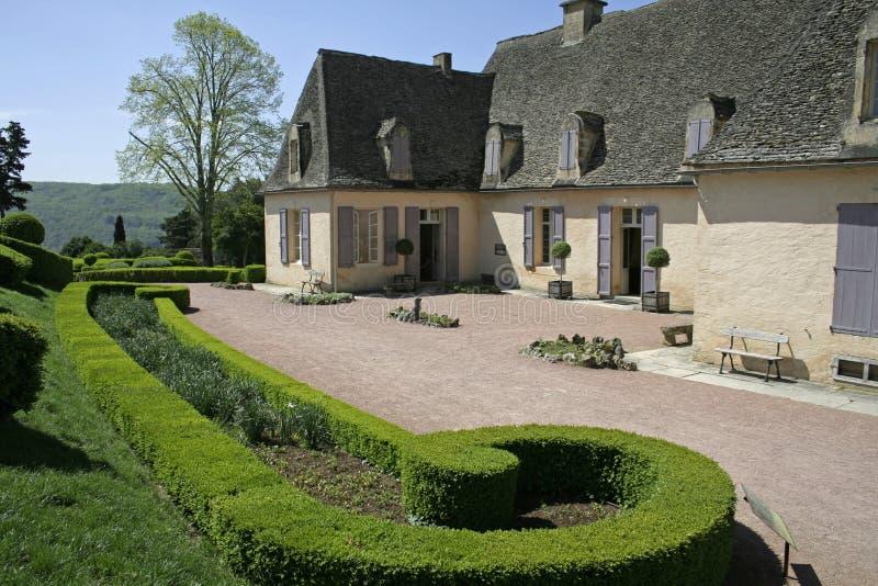 Oud huis in gemodelleerde tuin royalty-vrije stock afbeeldingen