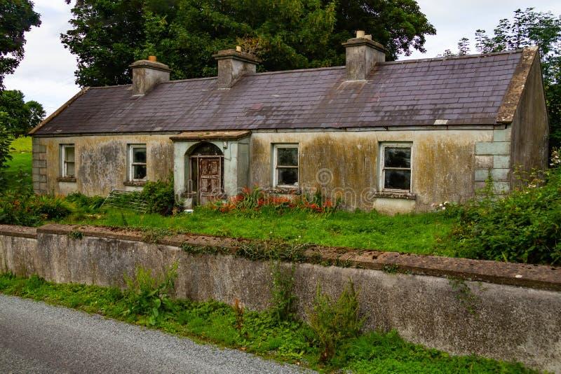 Oud huis in Greenway-route van Castlebar aan Westport stock afbeeldingen