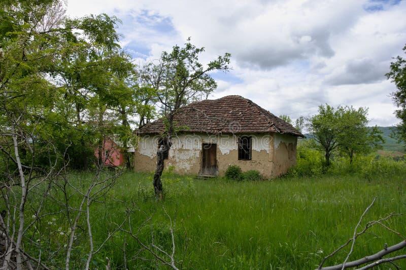 Oud huis in het Servische dorp stock fotografie