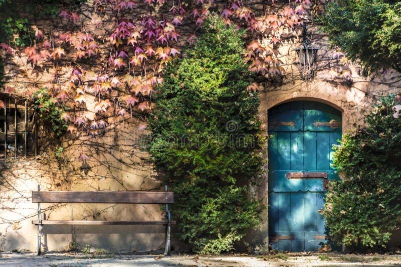 Oud huis met bank en deur stock foto's