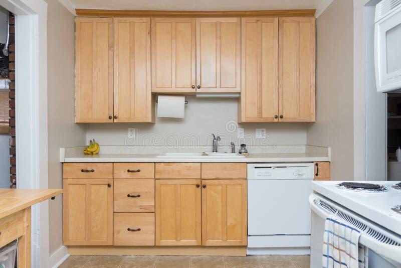 Oud huis met bijgewerkte keukenkasten royalty-vrije stock afbeeldingen