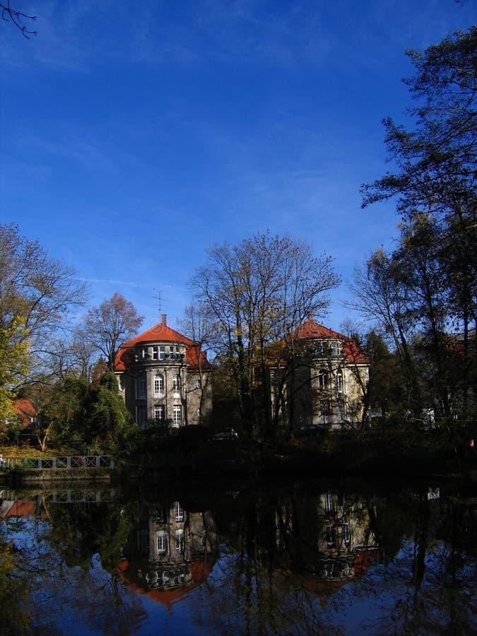 Oud huis met bomen in Duitsland royalty-vrije stock afbeeldingen