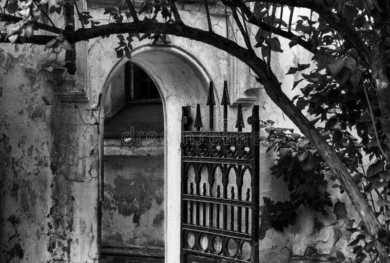 Oud huis met een poort stock fotografie