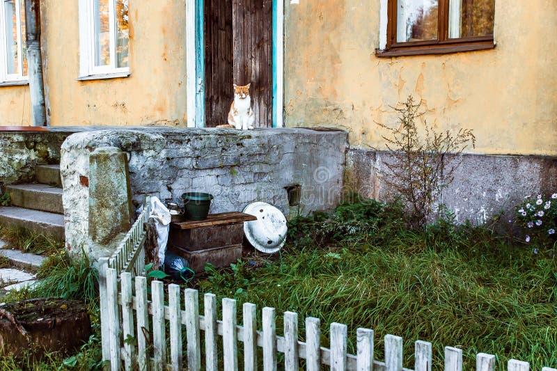 Oud huis met een portiek en een kat royalty-vrije stock foto's